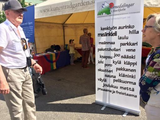 Åke Sundelin (Övertorneå) pratar om alla ord som meänkieli består av med Elisabeth Berggård (Kangos).